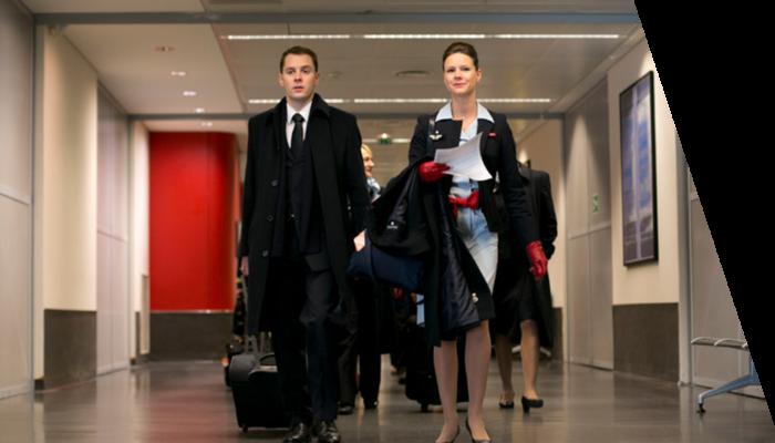 Aéroport Hôtesse de l'air Stewart marchent couloir