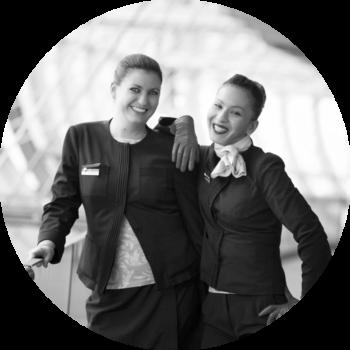 hôtesses de l'air agent escale noir et blanc sourires