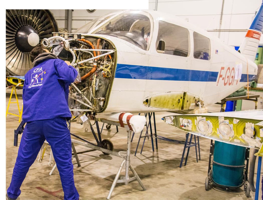 mécanicien technicien moteur avion garage effet 3D